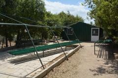 Grazie ai volontari si costruiscono nuove tende per dormire