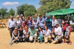 La famiglia con amici e volontari internazionali