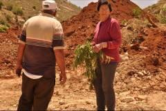Daher e mamma Melade dopo la distruzione del frutteto nel 2014