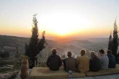 Volontari tedeschi e olandesi si godono il tramonto